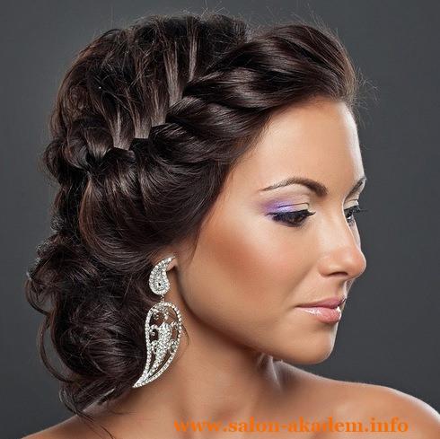 Прическа с повязкой на волосы средней длины